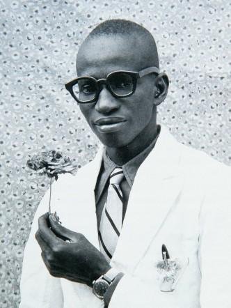 Seydou-Keita-jeune-homme-à-la-fleur-768x1024
